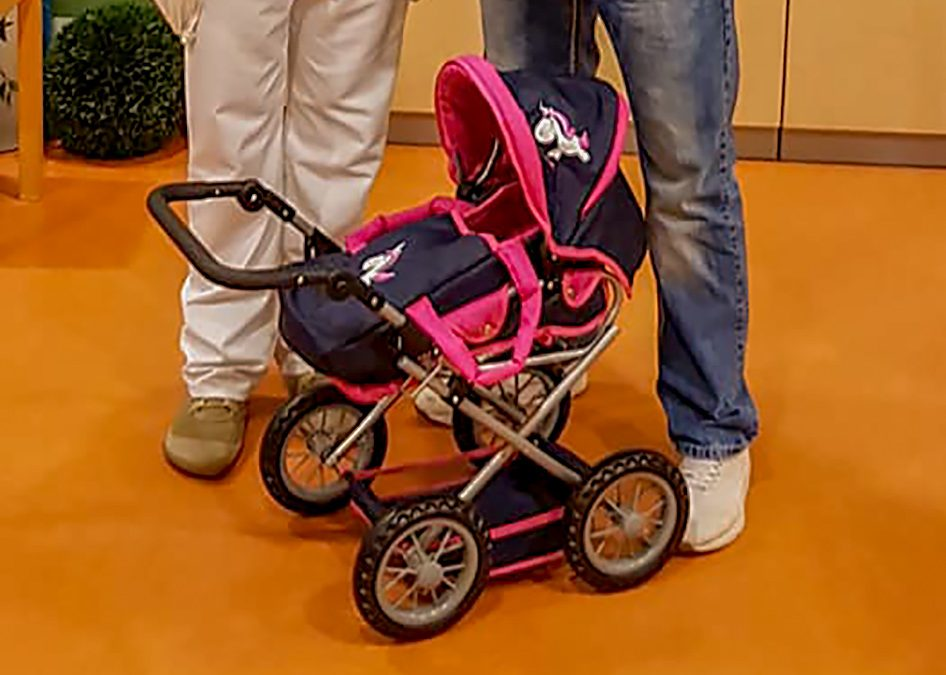 Ein neuer Puppenwagen für die psychosomatischen Station im Helios Klinikum